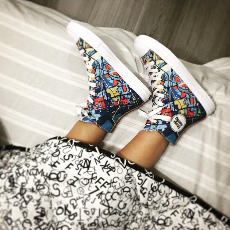 modella a letto con sneakers